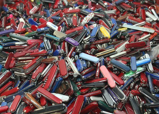 Feds delay policy to allow small knives on planes